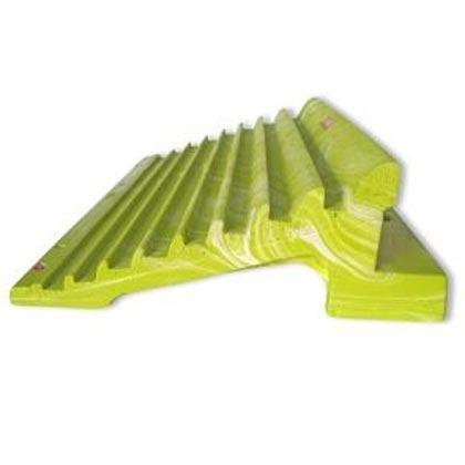 Su geometría innovadora, con perfil desplomado, y una disposición horizontal y progresiva en tamaño de los agarres; dan como resultado un producto compacto y resistente.