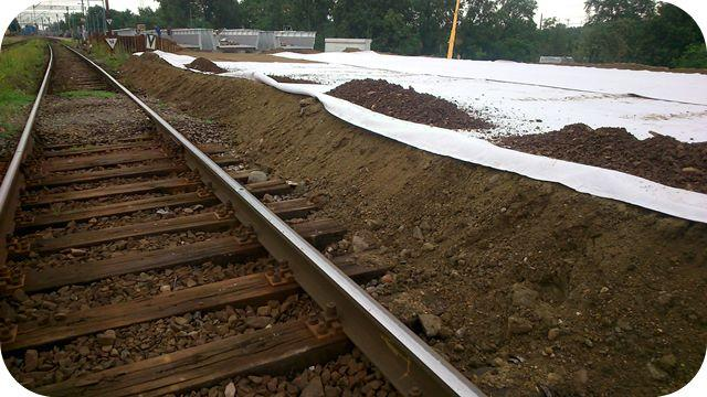 Geowłóknina TenCate TS ułożona w podtorzu kolejowym - Linia E59 Wrocław-Poznań/TenCate TS nonwoven geotextile instaled on substructure - railway E59 Wrocław-Poznań. Dystrybutor/Seller: Hydro-Centrum