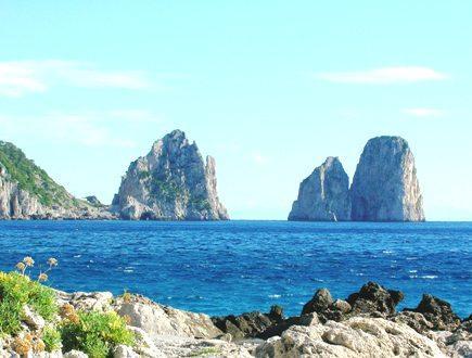 Una bellissima angolazione dei Faraglioni di Capri.