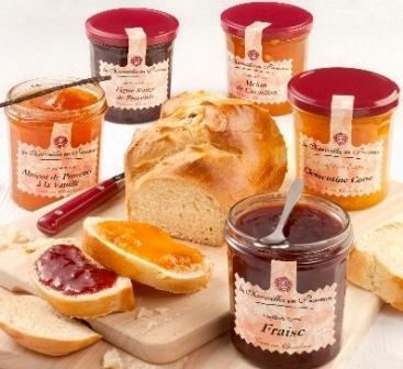 Confitures Extra de Provence: 55% de fruits (370g) Une gamme de 20 recettes provençales à l'ancienne. Extra Jam from Provence: 55% of fruit – cooked in cauldron - with sugar cane - 20 flavours