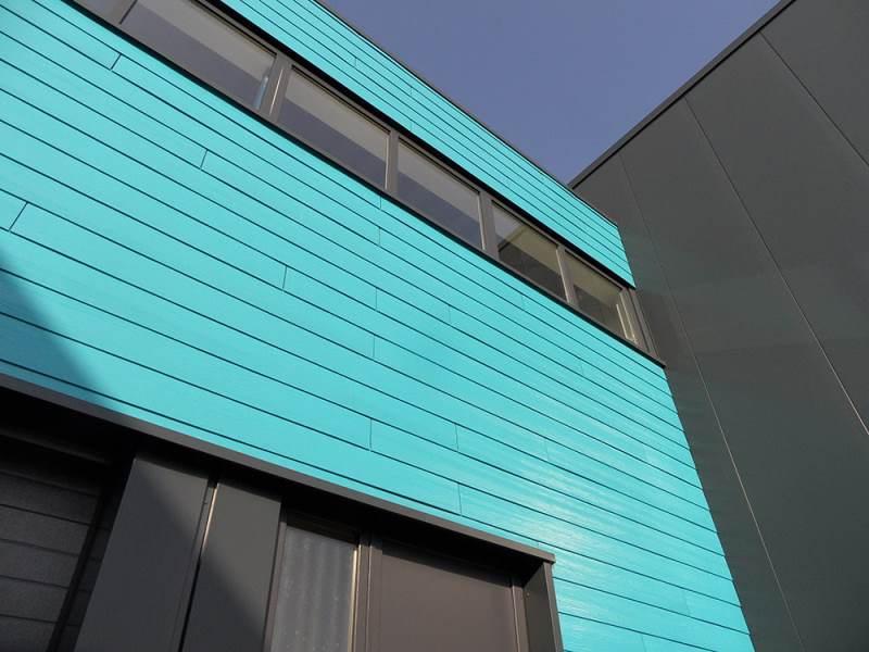 Op ons nieuwe bedrijfspand dat 3 jaar geleden is gebouwd, hebben wij ons eigen product toegepast op onze gevel. Dutchplank in de kleur van Milin bedenkt een deel van ons pand.