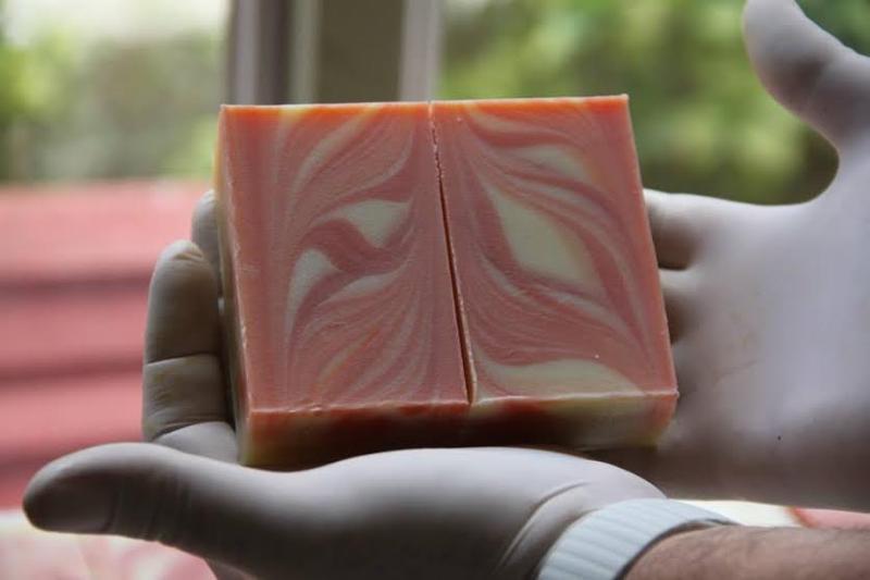 Το βιολογικό σαπούνι με τριαντάφυλλο έχει αντιγηραντικές και αντιρυτιδικές ιδιότητες και το προτείνουμε για τη καθημερινή υγιεινή του προσώπου. 2 συσκευασίες: +/- 95 γρ., +/- 135 γρ.