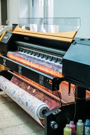 Metoda ta pozwala na druk cyfrowy z roli materiału o szerokości 180cm. Umożliwia również pełną personalizacje produktów. Posiadamy maszyny do druku materiałów poliestrowych i pochodnych bawełny.