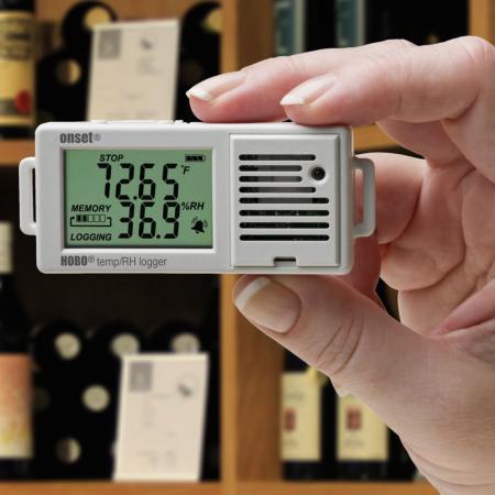Der HOBO UX100-003 Raumklimalogger registriert Temperatur und relative Feuchte in Innenräumen. Die Konfiguration und das Auslesen der Daten erfolgt über USB mithilfe der kostenlosen HOBOware-Software.