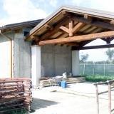 capriata in legno satgionato di castagno per copertura industriale
