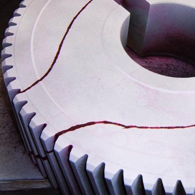 Die Oberflächenprüfung bei nicht ferritischen Werkstoffen nach dem Farbeindringverfahren ist eine sichere Variante, die unabhängig vom Material ist und zur Überprüfung von Oberflächenfehlern dient.