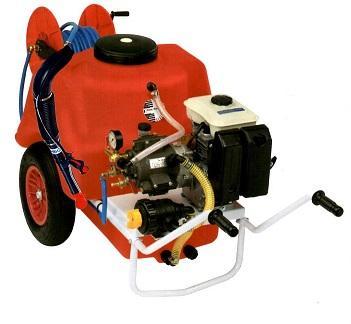 Con depósito de 150 litros y un cañón de agua que lanza el producto a 10/12 metros puede ser desplazada por el mismo operario que hace el tratamiento. No mancha nada más que el propio objetivo a trata