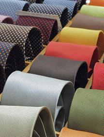 Produzione di tessuti in cotone, jacquard, lana, lino e pura seta, ideali per la realizzazione di cravatte e papillon, fazzoletti, foulard e sciarpe.