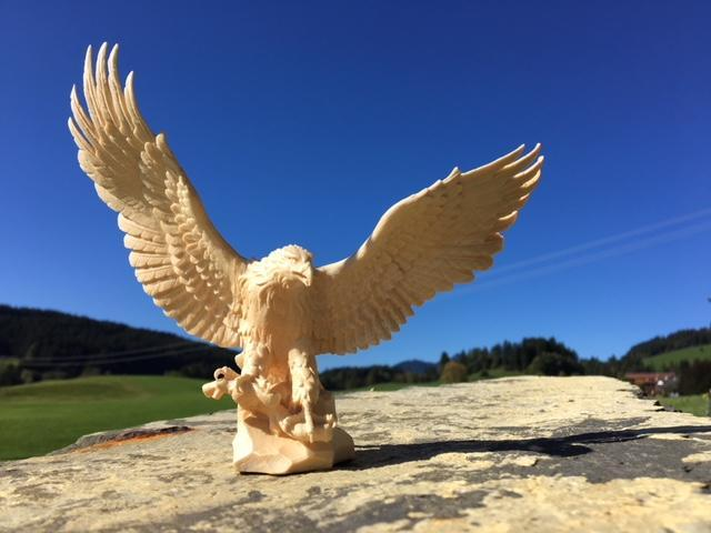 geschnitzter Adler aus Holz