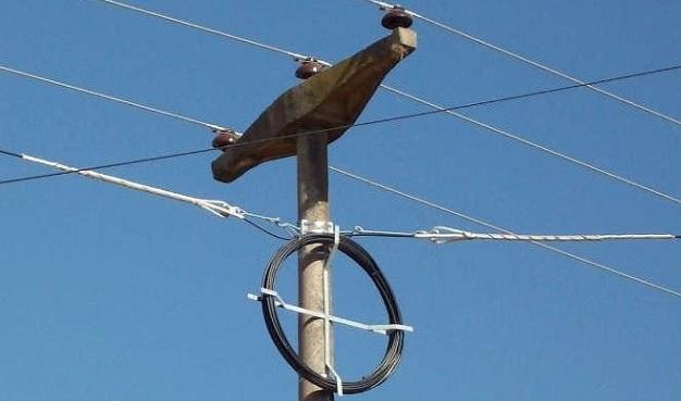 Instalación de fibra óptica aérea en poste de media tensión con retención y camisa