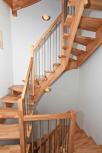 aufgesattelte Treppe in Kernbuche