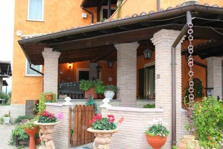 tettoia in legno per villa. ottima per porticati coperti, rimessa leggera per auto, etc.