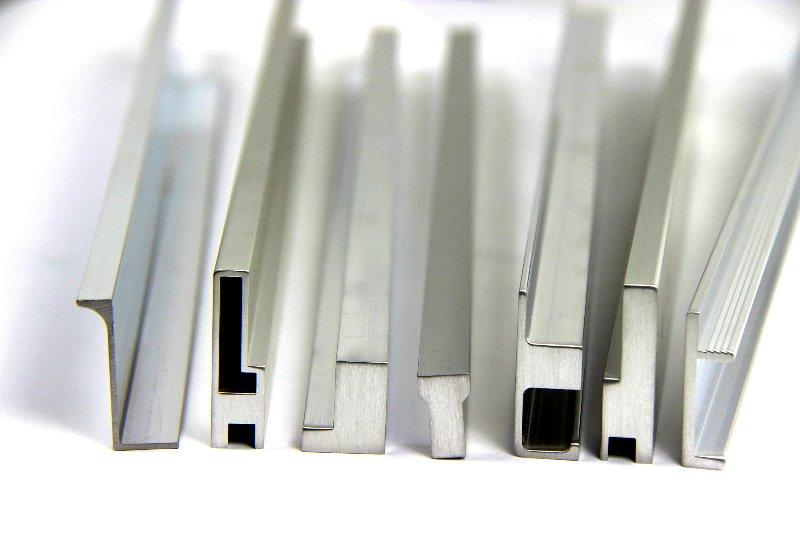 Wir haben mehr als 70 verschiedene Aluminiumprofile in unserem Sortiment. Dieser werden als Griffleiste, Dekorelement, Eckleiste oder Verbindungselement eingesetzt.