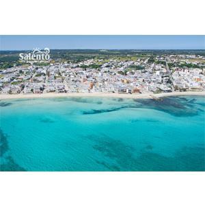 Torre Lapillo è una frazione di Porto Cesareo nel Salento, sulla baia ionica con mare blu cobalto e sabbia bianca purissima. Nella baia si alternano tratti di spiaggia libera e stabilimenti balneari.