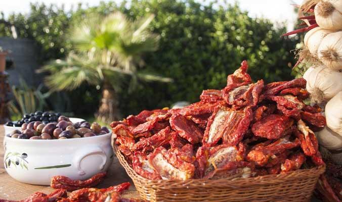 Pomodori secchi e olive da tavola: prodotti di punta dell'azienda lavorati secondo tradizione, fino ad ottenere numerose specialità gastronomiche salentine.