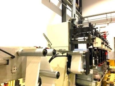 Impresión y troquelado de etiquetas adhesivas en rotativa flefográficas