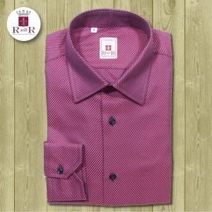 Camicia in tessuto twill viola e blu con colletto classico Italiano. Bottoni blu, asole e cuciture viola. 100% cotone