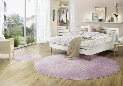 Runder Hochflorteppich in Schlafzimmer