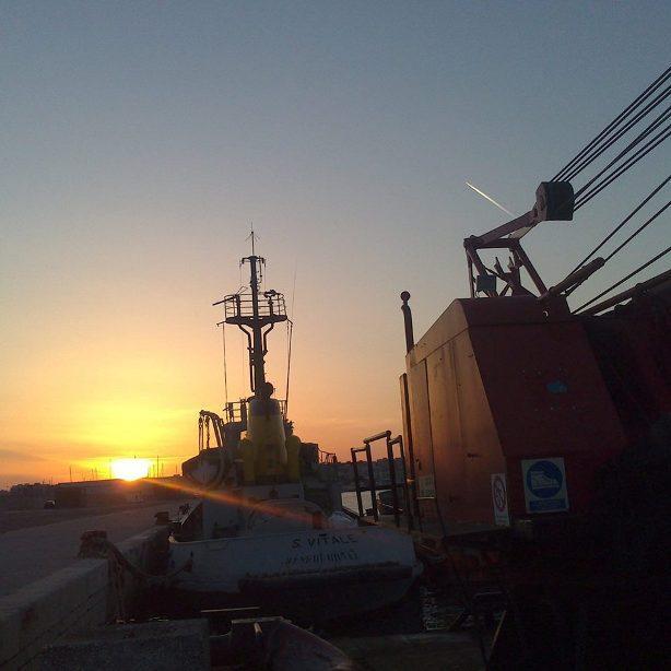 Lavori marittimi e subacquei, noleggio pontoni-rimorchiatori barche antinquinamento , posizionamento boe, servizio antincendio,assistenza  Web: http://ecolmaregarganotugs.weebly.com/
