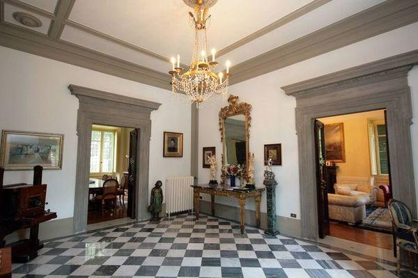 Beautiful vintage-century luxury house for sale in the town of Florence, just a short drive from Ponte Vecchio and the castle