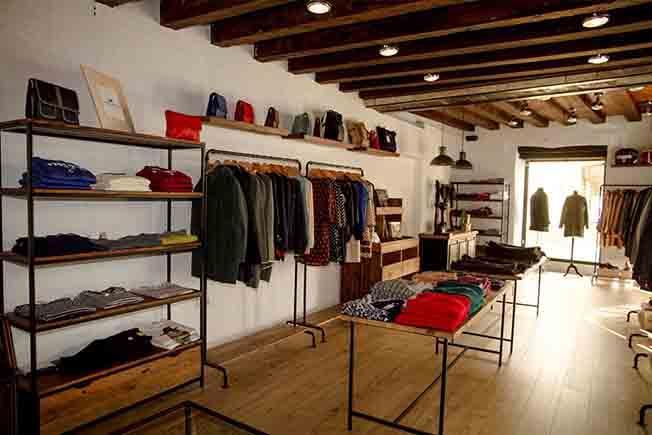 Estanterías, percheros, góndolas. expositores y mesas para tiendas de ropa, en madera o madera y metal.