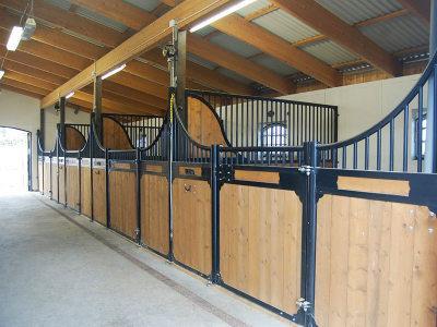 Pferdebox Baron ist ein Innenbox. Kutzmann produziert die Pferdeboxen auch nach Kundenwunsch. Wir montieren die Innenboxen in ganz Europa.