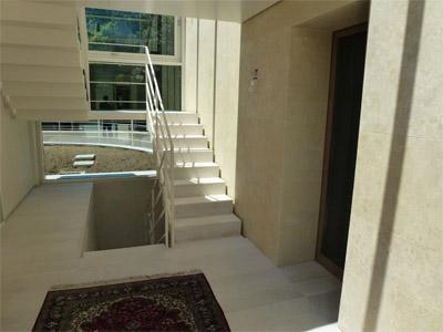 Rivestimenti pareti in Giallo Dorato levigato, pavimenti e scale eseguiti in Bianco Avoiro levigato.