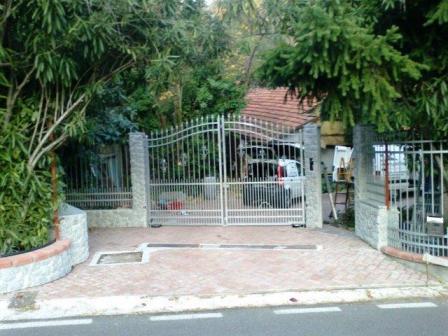 cancello lavorato,zincato a caldo e motorizzato con operatori a terra