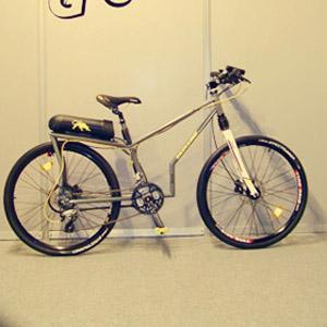 Spica es un concepto de bicicleta urbana, de línea clásica, muy ágil y versátil. Con su motor eléctrico es capaz de transitar por llanos y pendientes a gran velocidad.