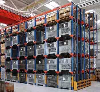 Estantes em corredores de carga dotado com carris de apoio dos lados, dispostos em diferentes níveis. Empilhadores circulam nos corredores interiores onde se depositam as paletes