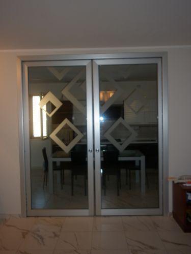 Porta a vetri su telaio in alluminio