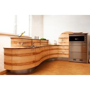 Runde Designküche Model Welle aus Ahorn mit Kern. Bei runden Küchen von der Möbelwerkstatt Pfister sind alle Radien möglich egal ob konkav oder konvex