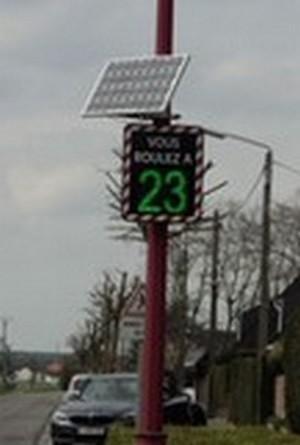 Radar pédagogique ou radar de vitesse 3 couleurs avec enregistrement des données de circulation.Radar avec connections Bluetooth avec alimentation sur batterie, éclairage public ou solaire.
