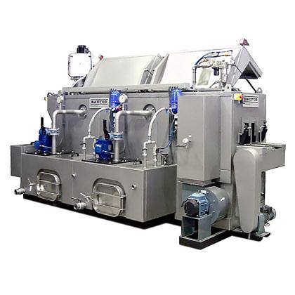 Lavadora de piezas, tipo túnel, con cinta transportadora. Máquina con carenado abatible para mayor comodidad en las tareas de limpieza y mantenimiento.