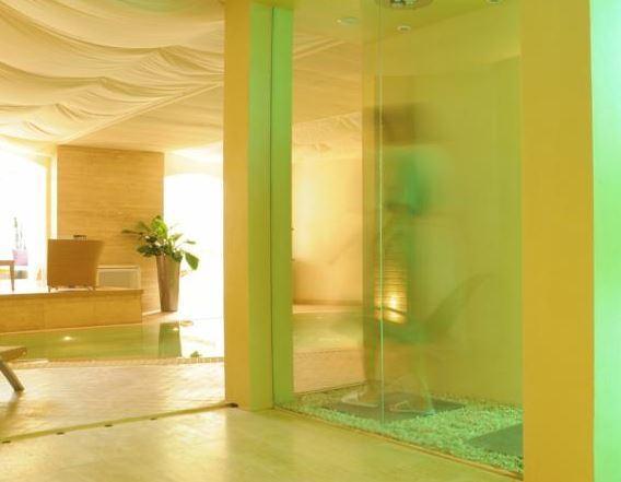 piscina interna con idromassaggio, bagno turco, climatizzazione, idrico sanitario, estrazione, filtrazione e ricambio d'aria, recuperatore di calore.