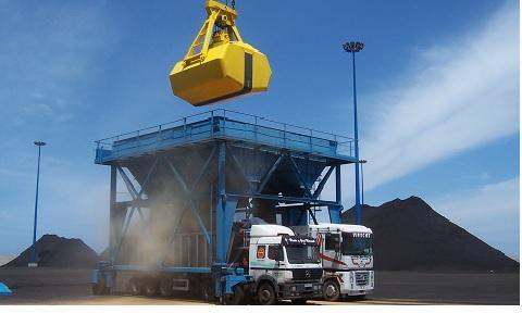 Cuchara y tolva para la descarga de granel a camiones