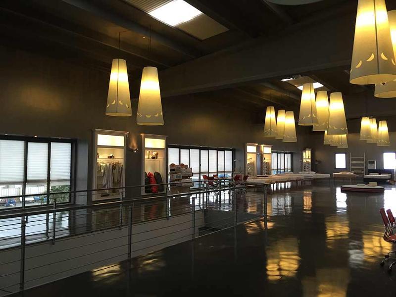 Morflex materassi & cuscini dispone di un ampio showroom aperto ai rivenditori, agli architetti e interior decorator, all'interno sono esposti tutti gli articoli della produzione.