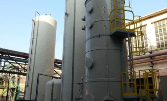 Scrubber for a chemical plant used to reduce the concentration of inorganic acids inside the production offgases stream