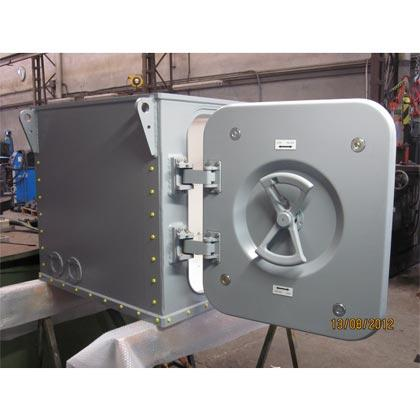 Caja con puerta de acceso y volante de accionamiento fabricada en material Aluminio mediante fases de Fundición, Calderería, Mecanizado, Pintura y Montaje Mecánico.