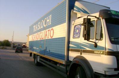 SCANDIGLIATO srl offre i seguenti servizi: traslochi nazionali e internazionali; ritiro presso centri commercialii; gestione rifiuti; deposito merce; distribuzione merci, noleggio attrezzature.
