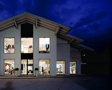 Designermode im Fashion Online Shop REYERlooks! REYERlooks hat die Mode Trends, den richtigen Style und die besten Designer.