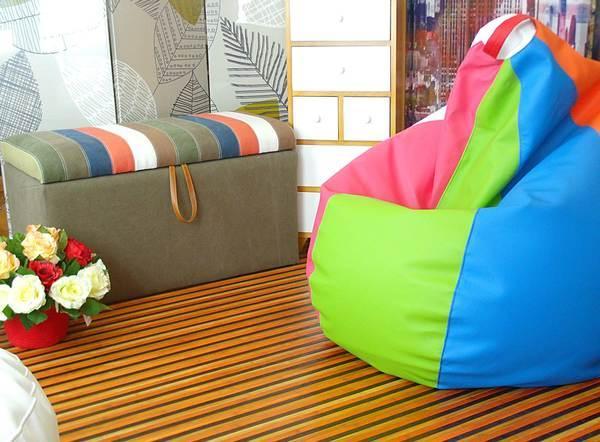 Crear hogar mediante alfombras, mueble auxiliar y complementos de decoración como puffs, baúles, biombos y cajoneras.