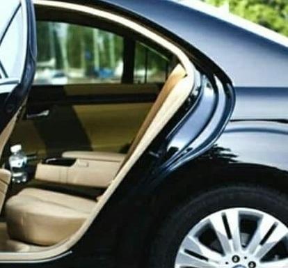 Noleggio auto Mercedes Benz con autista per viaggi di affari e tour Campania.