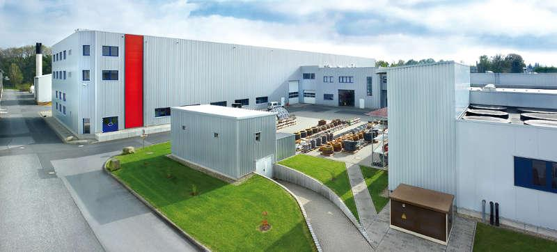 Der Innenhof des Firmengeländes, umgeben von den Fertigungshallen und Bürogebäuden.