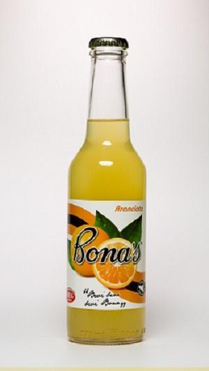 Prodotta esclusivamente con succo d'arance siciliane, si presenta con un colore giallo arancio ed un profumo intenso tipico delle migliori varietà di arance coltivate al sole della Sicilia.
