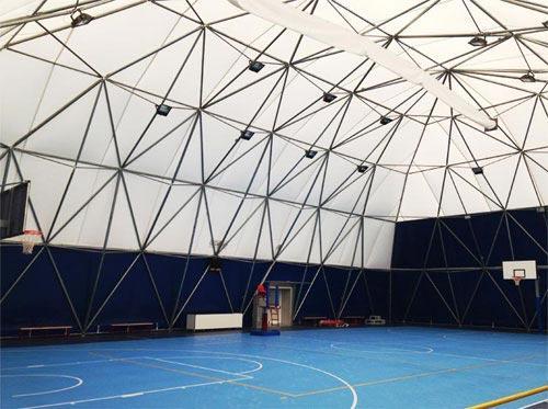 Struttura geodetica: dimensioni di pianta: mt. 33.50×23.60 Copertura: Telo ad elevato risparmio energetico Collegamento diretto agli Spogliatoi Spazio per tribune