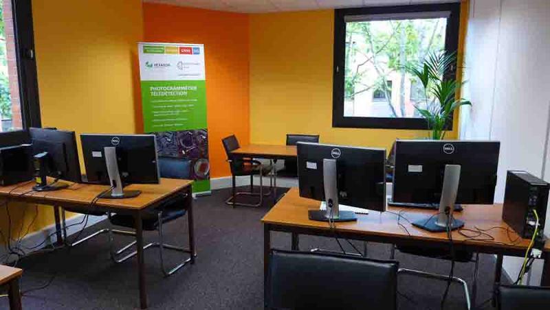 Salle de formation est bien equipée pour des formations informatiques en groupe ou individuelles.