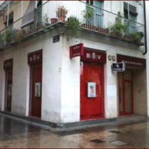 Este local situado cerca del afamado Mercado Central de Valencia (centro de la ciudad) estaba ocupado por el Banco de Valencia, y e ofrece ahora en alquiiler.