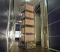 Movimentazione  per consentire di spostare con facilità  telai e bilancelle nelle diverse zone degli stabilimenti.Si muove, alimentato da batterie, seguendo le tracce di magneti permanenti inseriti ne