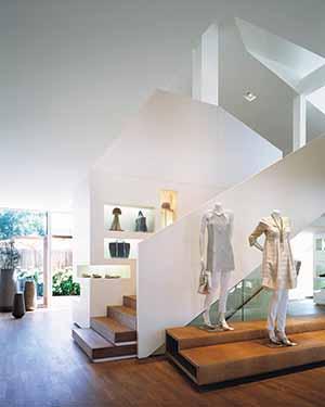 In gemütlicher Atmosphäre werden hochwertige Designermode und funktionale Sportbekleidung präsentiert.